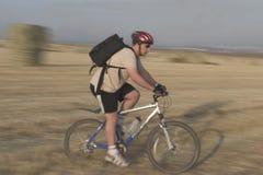 Landwirtschaftliches Fahrradreiten stockbild