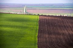 Landwirtschaftliches Feld Ackerland im Frühjahr, bereit Stockbilder