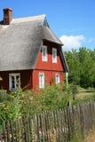 Landwirtschaftliches hölzernes Haus mit thatched Dach lizenzfreies stockbild