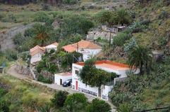 Landwirtschaftliches Haus auf großartigem Kanarienvogel stockfotos