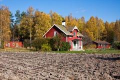 Landwirtschaftliches Haus am Herbst. Stockbild