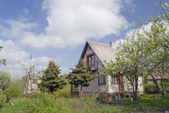 Landwirtschaftliches Haus mit Tulpen stockfotografie