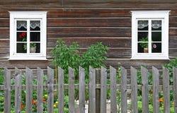 Landwirtschaftliches Haus mit zwei Fenstern lizenzfreies stockbild