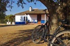 Landwirtschaftliches Haus und Fahrrad Lizenzfreies Stockfoto