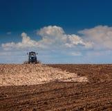 Landwirtschaftliches Lanscape - Traktor, der an dem Feld arbeitet Lizenzfreies Stockfoto