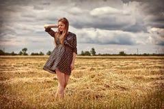 Landwirtschaftliches Mädchen auf dem Gebiet stockbilder