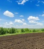 Landwirtschaftsfeld und blauer Himmel mit Wolken Stockfoto