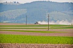 Landwirtschaftstraktor auf einem Landschaftsgebiet Lizenzfreies Stockfoto
