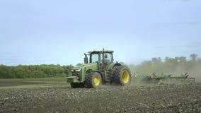 Landwirtschaftstraktor, der Land für das Säen vorbereitet Landwirtschaftliche Technologie stock video