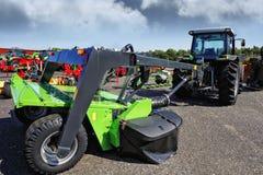 Landwirtschaftstraktor und riesiger Pflug Stockfoto