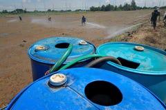 Landwirtsprayschädlingsbekämpfungsmittel auf dem Reisfeld Lizenzfreie Stockfotos
