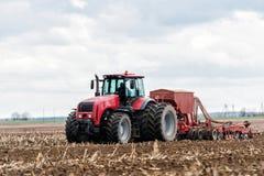 Landwirttraktor, der auf dem Gebiet arbeitet Frühlingszeit für das Säen Lizenzfreies Stockfoto