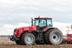 Landwirttraktor, der auf dem Gebiet arbeitet Frühlingszeit für das Säen Lizenzfreie Stockfotografie