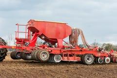 Landwirttraktor, der auf dem Gebiet arbeitet Frühlingszeit für das Säen Stockfotos