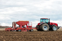 Landwirttraktor, der auf dem Gebiet arbeitet Frühlingszeit für das Säen Stockfoto