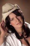 Landzauntrittmädchen mit einem Strohhut Stockfotos