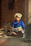 Lane di filatura dell'anziana, Kathmandu, Nepal Fotografie Stock Libere da Diritti