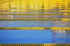 lanes pool tävlings- simning arkivbild
