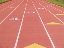 lanes som numreras running spår arkivfoto