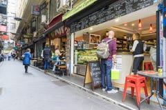Laneway con i caffè e la gente a Melbourne Fotografia Stock