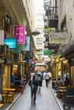 Laneway con los cafés y la gente en Melbourne Fotos de archivo libres de regalías