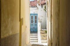 Laneway em uma vila grega na ilha Grécia de Andros Fotografia de Stock Royalty Free