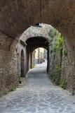 Laneway sotto gli arché di pietra Fotografia Stock