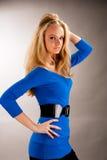 Lang aardig jong blonde meisje met opgeheven wapen royalty-vrije stock afbeeldingen