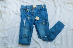 Lang aufgerissener blauer Baumwollstoff mit Kleiderbügel zwei Lizenzfreie Stockbilder