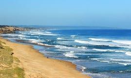 Lang Australisch strand bij de oceaan stock foto