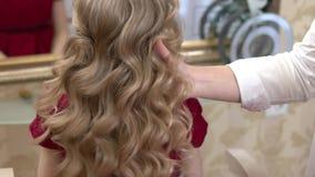 Lang blond krullend haar stock video