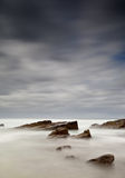 Nevelige overzees en rotsen stock foto
