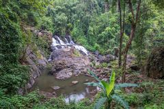 Lang blootstellingsbeeld van waterval in de bos, vage motie van water Stock Foto's