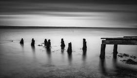 Lang blootstellingslandschap van oude verlaten pier die zich in LAK uitbreiden Royalty-vrije Stock Afbeeldingen