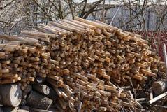 Lang bruin houten brandhout in een stapel op de straat royalty-vrije stock fotografie