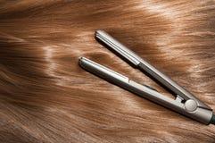 Lang bruin recht haar met vlak ijzer Royalty-vrije Stock Foto's