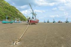 Lang de bootanker van de staartvisser bij het strand Royalty-vrije Stock Foto's