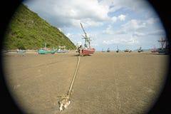 Lang de bootanker van de staartvisser bij het strand Stock Afbeeldingen