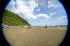 Lang de bootanker van de staartvisser bij het strand Royalty-vrije Stock Afbeeldingen
