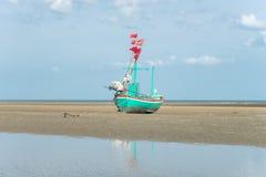 Lang de bootanker van de staartvisser bij het strand Stock Foto's