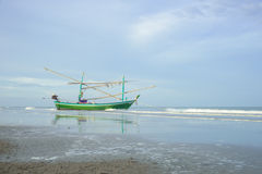 Lang de bootanker van de staartvisser bij het strand Royalty-vrije Stock Foto