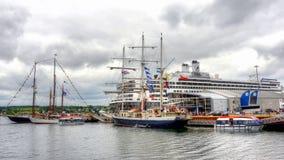 Lang die Schepen en Cruiseschip in Sydney, NS wordt gedokt royalty-vrije stock foto
