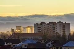 Lang flatgebouw Ivano Frankivsk, de Oekraïne Woonarchitectuur met erachter bergen Stock Foto's