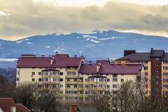 Lang flatgebouw Ivano Frankivsk, de Oekraïne Woonarchitectuur met erachter bergen Royalty-vrije Stock Afbeeldingen