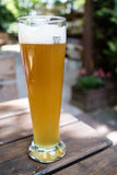 Lang glas bier op lege lijst Stock Afbeelding