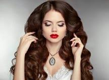 Lang haar makeup Mooie vrouw met golvende kapsel en eveni stock afbeelding