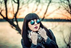 Lang haarbrunette gir in zonnebril openlucht Royalty-vrije Stock Foto