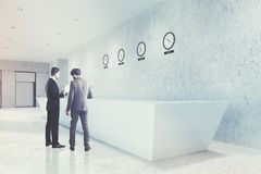 Lang ontvangstbureau, klokken, kant, mensen Stock Foto