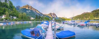 Lang ponton met vastgelegde boten in Zwitserland Royalty-vrije Stock Afbeeldingen