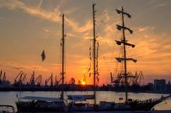 Lang schip bij zonsonderganghaven royalty-vrije stock fotografie